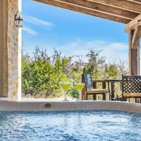 Cabin with hot tub in Fredericksburg, Texas
