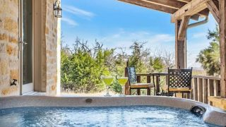 Cabin with hot tub in Fredericksburg, Texas