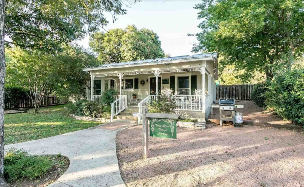 Looking for where to stay in Fredericksburg? Then check out Creek Street Cottage